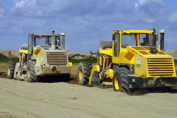 Einfräsen des Bindemittels in den Boden (bis zu 50 cm tief), auch mit direkter Wassereinspeisung möglich.