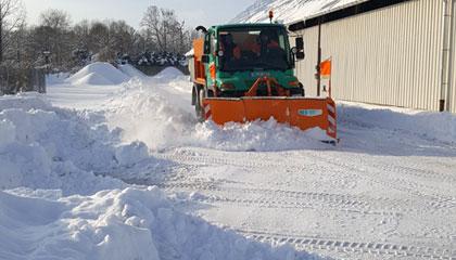 Schnee schieben mit dem Unimog